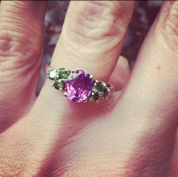 Bague saphir rose diamant vert or