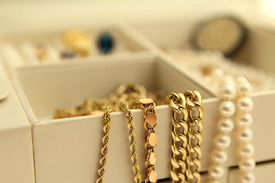 box-with-yellow-gold-chains
